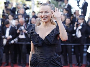 Foto: Aksi Pamela Anderson Nyebur di Pantai dengan Gaun Menerawang
