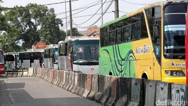 Rekayasa lalu lintas diterapkan di akses keluar Terminal Bus AKAP Kampung Rambutan. Rekayasa lalu lintas ini untuk mencegah penumpukan kendaraan.