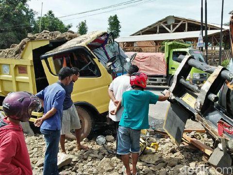 Truk Pengangkut Tanah dan Galon Tabrakan di Serang