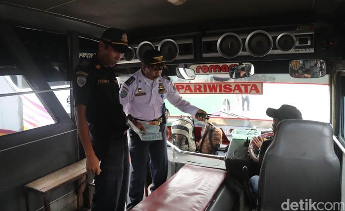 Dinas Perhubungan memeriksa bus angkutan lebaran 2017 di Terminal Kampung Rambutan. Pengecekan itu untuk mengetahui kelayakan bus yang digunakan mengangkut pemudik.