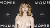 Wanita yang dikabarkan terlibat dalam film Mission Impossible 6 itu tampil elegan dengan dress berwarna emas. Pascal Le Segretain/Getty Images/detikFoto.