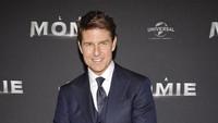 Tom Cruise terlihat gagah dengan setelan jas berwarna biru. Pascal Le Segretain/Getty Images/detikFoto.