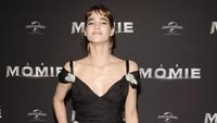 Sofia Boutella tampak menawan dengan dress hitam yang mengekspos bahunya tersebut. Pascal Le Segretain/Getty Images/detikFoto.
