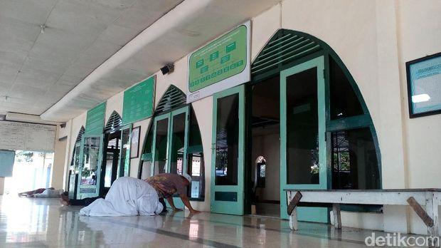 Jemaah menunaikan salat di Masjid Darussalam Mojokerto