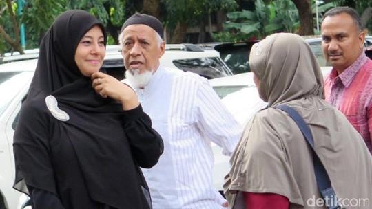 Serba Hitam, Putri Aisyah Aminah Sambangi Polda Metro Jaya