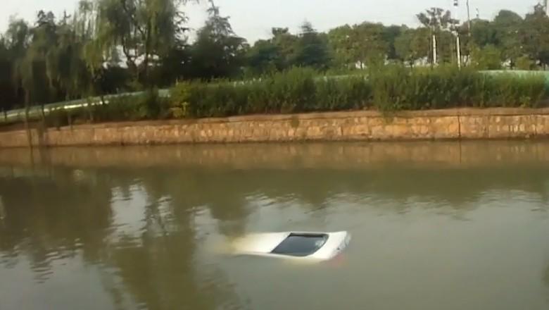 mobil masuk sungai bogowonto purworejo 2 tewas dan 3 selamat. Black Bedroom Furniture Sets. Home Design Ideas