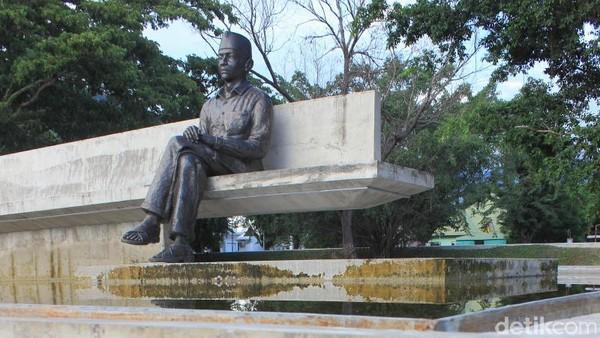 Ini adalah monumen yang baru menggantikan patung yang lama. Patung yang baru bentuknya Soekarno sedang duduk karya pematung Hanafi dan diresmikan Wapres Boediono tahun 2013 (Randy/detikTravel)