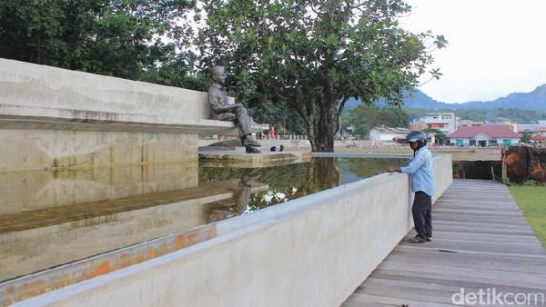 Wisatawan melihat patung Soekarno. Ayo kita sama-sama renungkan kembali soal isi Pancasila yang merupakan gabungan nilai-nilai kebaikan umat manusia (Fitraya/detikTravel)