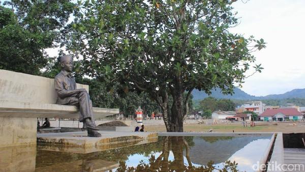 Taman Renungan Bung Karno ada di samping lapangan bola. Soekarno merenung di bawah pohon sukun (Randy/detikTravel)