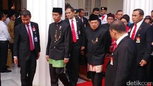 Jokowi-JK dan Menteri Berpakaian Adat di Hari Lahir Pancasila