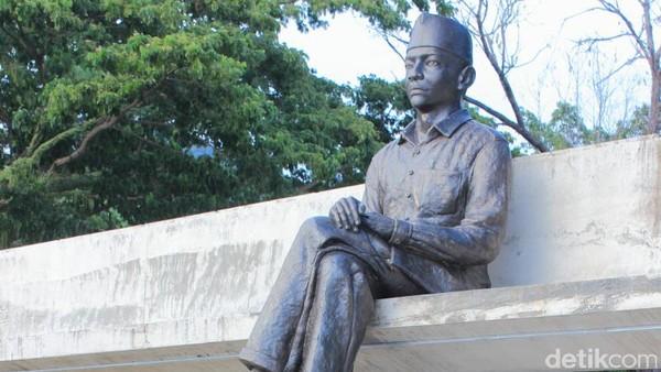 Pancasila dirancang Soekarno dalam puncak renungan pada sebuah taman di Ende, NTT. Tempatnya kini ditandai dengan patung Soekarno yang sedang duduk (Randy/detikTravel)