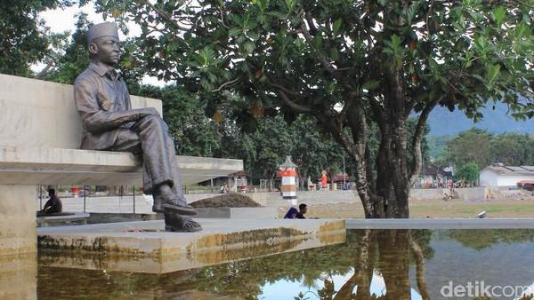 Pohon sukun yang lama sudah mati. Presiden Megawati memprakarsai penanaman pohon sukun yang baru yang ada sekarang (Fitraya/detikTravel)