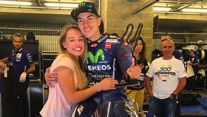 Maverick Vinales bersama pacar barunya (Foto: Instagram @cristinallovera)