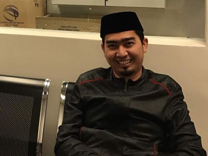 Ustaz kondang Sholeh Mahmoed Nasution (Ustaz Solmed) mendapat perlakuan kurang mengenakkan dari Imigrasi Bandara Changi Singapura.