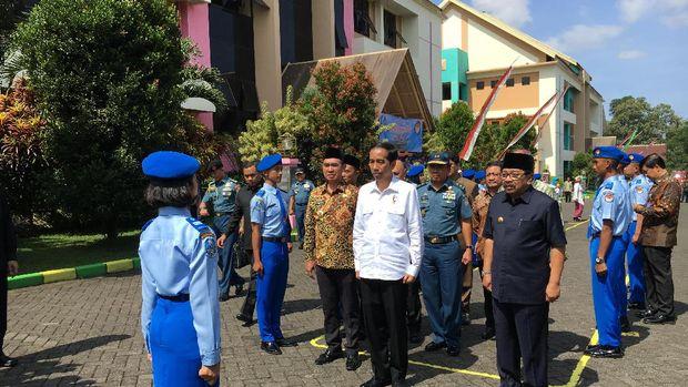 Presiden Jokowi berpesan agar SMA Taruna Malang mampu mencetak SDM usia produktif dengan baik.