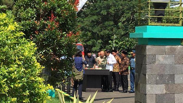 Presiden Jokowi meresmikan SMA Taruna Nala, Malang, Jawa Timur.