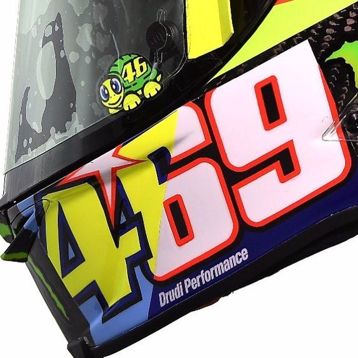 Angka 46 selalu muncul di banyak desain helm Rossi. Tapi kali ini ada angka lain yang terpampang di sana, itu adalah nomor 69. Nomor milik Nicky Hayden yang beberapa pekan lalu meninggal dunia akibat kecelakaan (Foto: instagram)