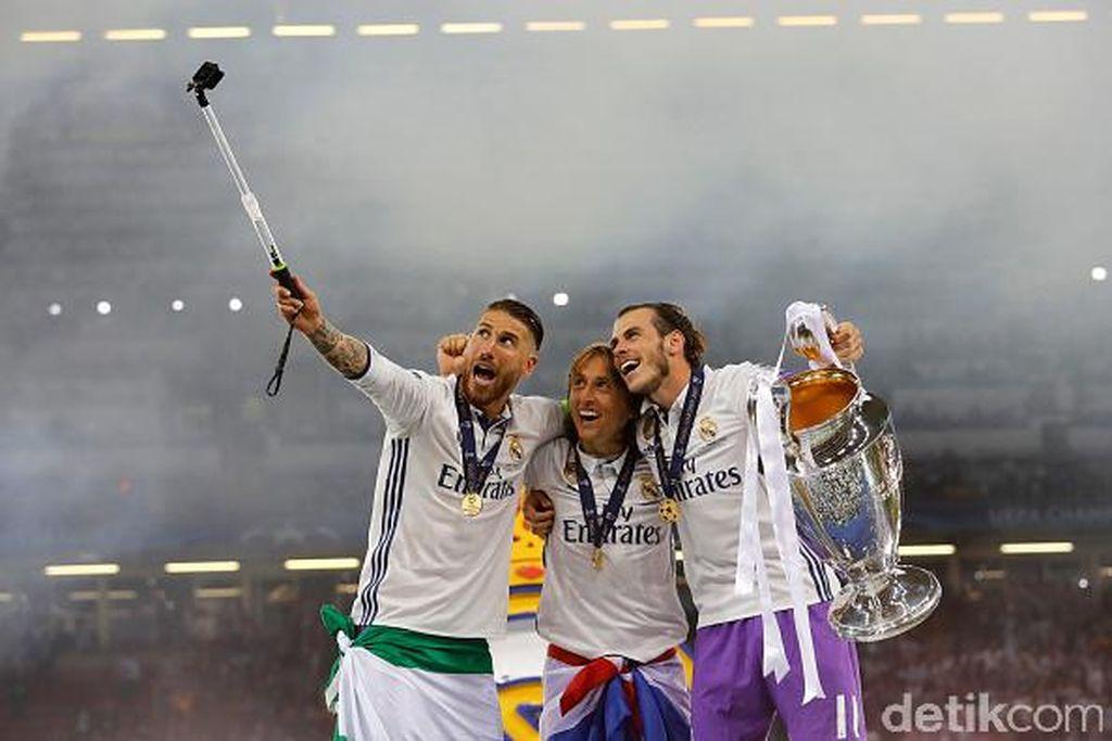 Ramos langsung merayakan gelardengan berselfie ria bersama Luka Modric dan Gareth Bale. Foto: Getty Images