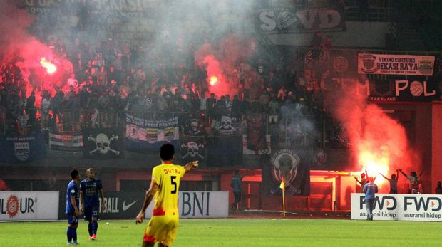 Suporter Persib Bandung ricuh saat melawan Bhayangkara FC.