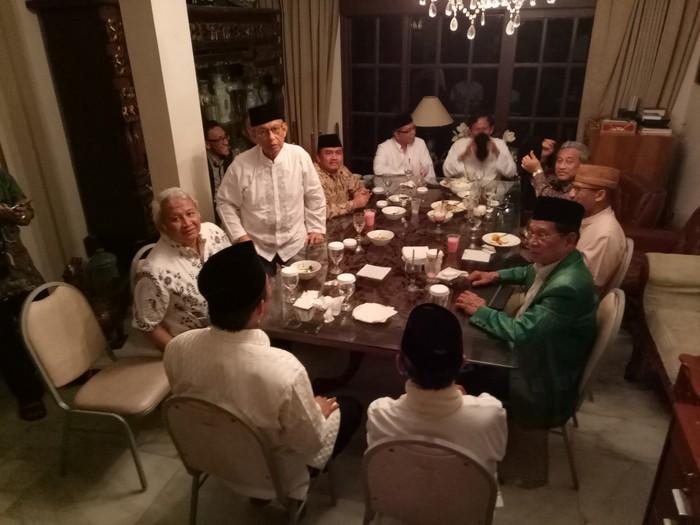 Foto: Sandiaga bukber dengan petinggi ICMI di kediaman Habibie. (M Fida Ul Haq/detikcom),