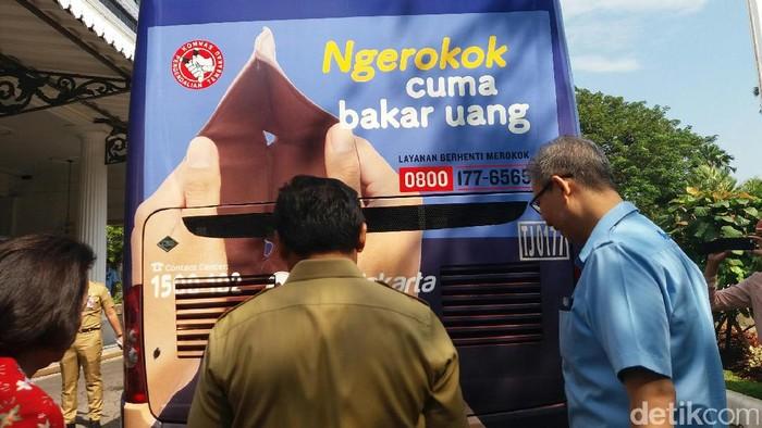 Kampanye iklan antirokok di TransJ (Lukita-detikcom)