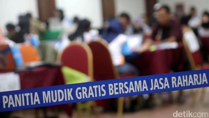 Peserta mudik tengah melakukan verifikasi mudik gratis bersama Jasa Raharja di Gedung Nyi Ageng Serang, Jakarta Selatan, Selasa (6/7/2017). Pendaftar Mudik Gratis Jasa Raharja Capai 31.864 Orang dan Jasa Rahaja akan memberangkatkan 31.864 pemudik, dengan 66 kota tujuan di Jawa Barat, Jawa Tengah dan Jawa Timur,