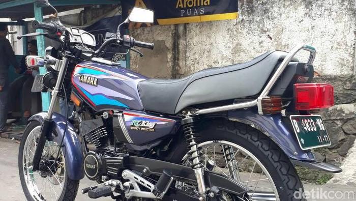 Sekelompok pecinta motor Yamaha RX King membedah motor RX King milik seorang pengendara Go-Jek tanpa biaya