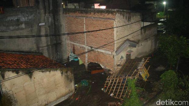Sejumlah rumah di Garut terendam banjir sejak Senin (5/6) malam.
