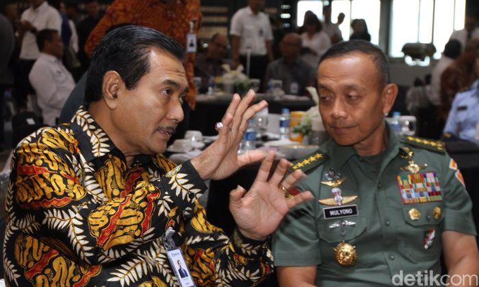 PT Bank Rakyat Indonesia (Persero) Tbk menyerahkan pemanfaatan 4 slot transponder BRIsat kepada sejumlah Kementerian Lembaga (K/L). Beberapa instansi pemerintah yang berminat memanfaatkan transponder BRIsat antara lain Kepolisian, Mabes TNI, BIN dan Bakamla.