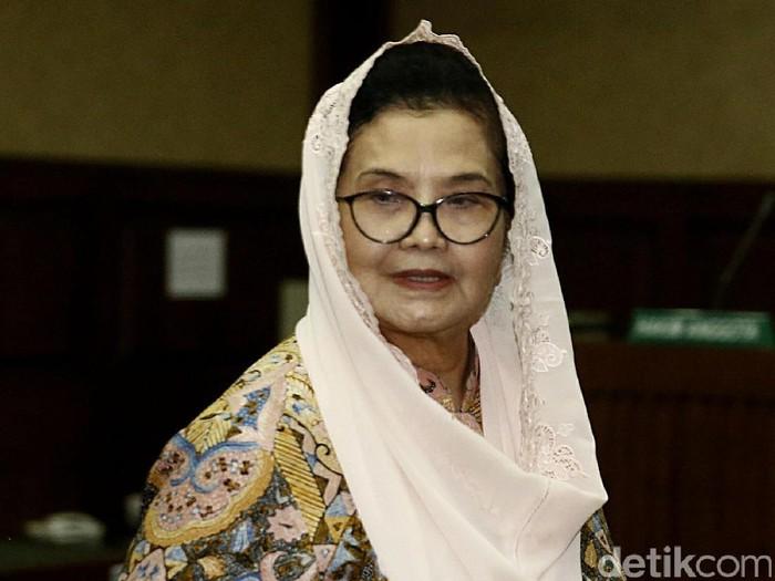 Eks Menkes Siti Fadilah Supari menangis saat membacakan nota pembelaan atau pleidoi. Dia menangis ketika membacakan pleidoi terkait dengan kasus yang membelitnya.