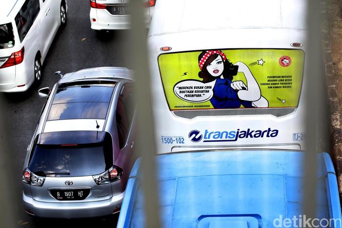 Sebuah iklan layanan masyarakat anti rokok menghiasi bus TransJakarta, Jakarta (6/7). Kampanye tersebut bertujuan membuka mata tentang bahaya merokok.