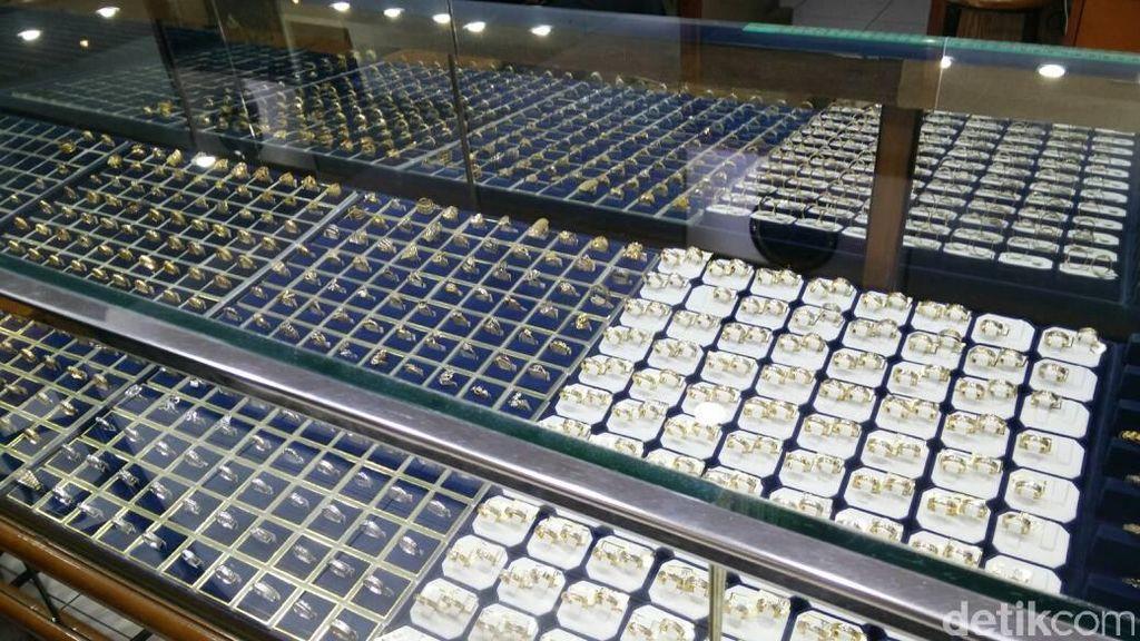 Jelang Natal, Warga Ramai-ramai Berburu Emas di Kota Ambon