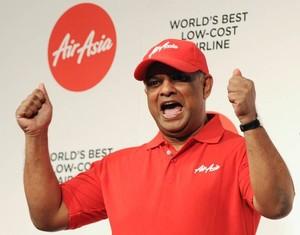 Saat Bos AirAsia Bagi-bagi Angpao ke Penumpang Pesawat