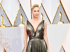 Tak Hanya Megan Fox, Putra Charlize Theron dan Adele Juga Suka Pakai Dress