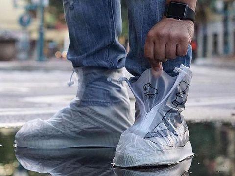 Unik! Desainer Ciptakan Jas Hujan Untuk Melindungi Sepatu