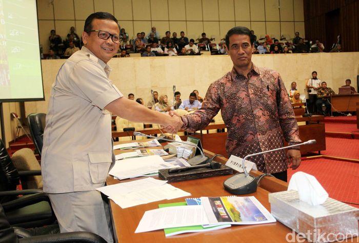 Mentan Amran Sulaiman menyalami Ketua Komisi IV Edhy Prabowo.