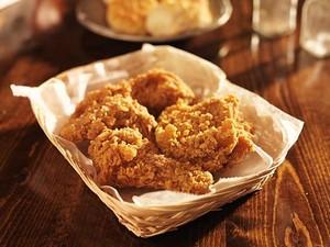 Iklan Resto Halal Ini Hanya Tampilkan Gambar Fried Chicken Saat Jam Buka Puasa