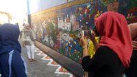 Traveler berfoto-foto di Kampung Batik (Angling/detikTravel)