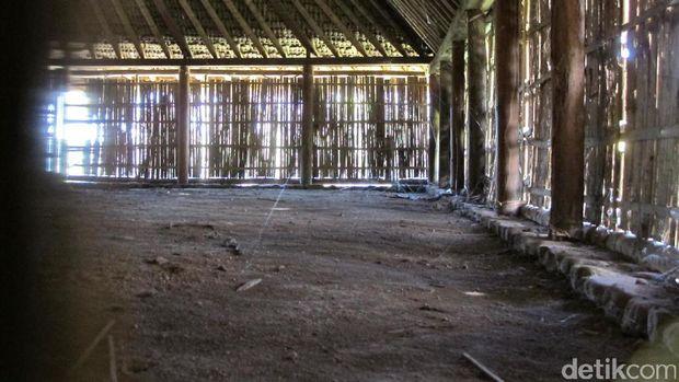 Interior dalam Masjid Bayan Beleq yang beralaskan tanah (Afif/detikTravel)