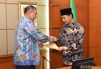 Wagub Jabar Deddy Mizwar serahkan surat kepada Wakil Wali Kota Cimahi Sudiarto.