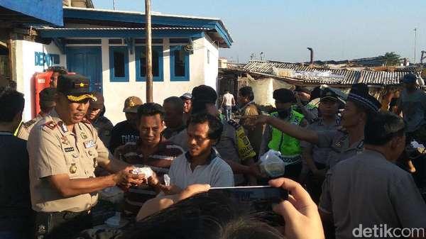 Polisi Bagikan 1.500 Takjil di Pelelangan Ikan Kalibaru