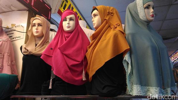 Pashmina Instan ala Rina Nose Dicari Pembeli Jelang Lebaran