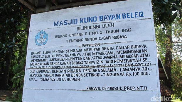 Papan informasi Masjid Bayan Beleg (Afif/detikTravel)