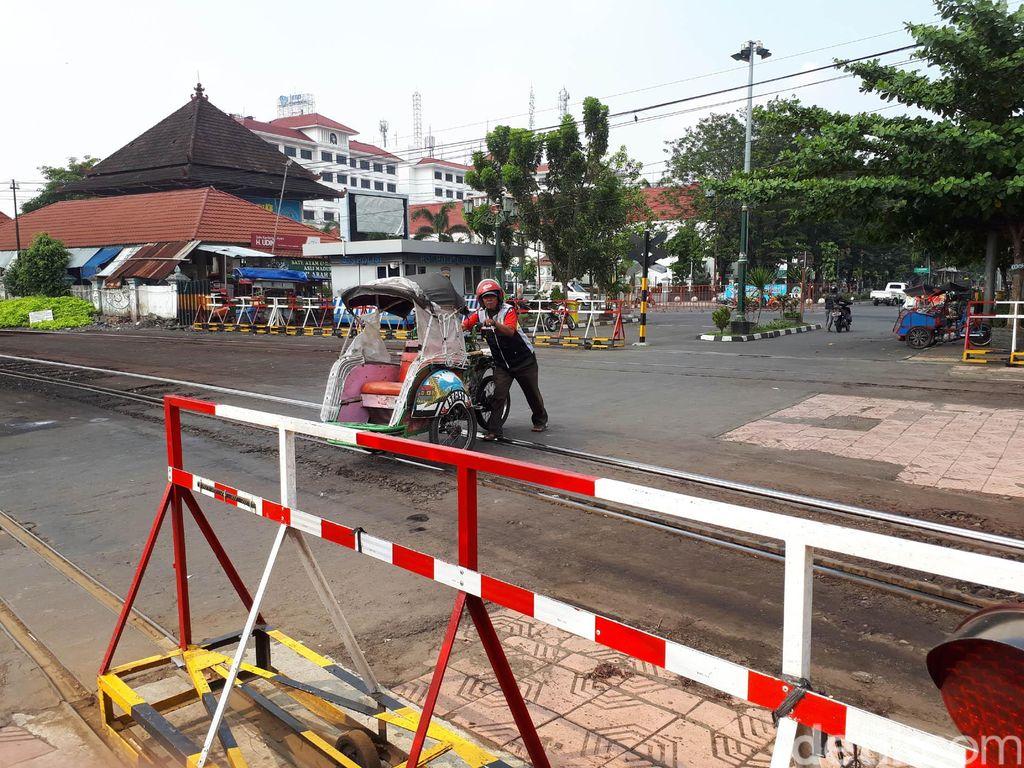 Pintu perlintasan kereta api (KA) di Yogyakarta dengan digeser yang unik dan satu-satunya ada di Indonesia