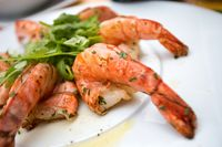 Seafood segar yang dimasak tanpa minyak atau saus pelengkap.