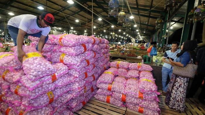Kementerian Pertanian dan Kementerian Perdagangan menggandeng Pasar Induk Osowilangun Surabaya (PIOS) menggelar operasi pasar khusus bawang putih.  Operasi pasar yang digelar di PIOS di kawasan Tambak Osowilangun ini dimulai Rabu (7/6/2017) malam. Harga yang dijual perkilogram bawang putih cuma Rp 20 Ribu.