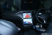Interior Tesla Model S, punya layar besar.