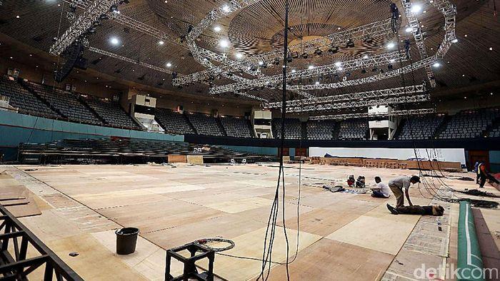 Plenary Hall saat dipersiapkan untuk ajang bulutangkis Indonesia Open 2018. (Foto: Rengga Sancaya)