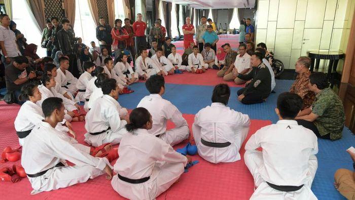 Menpora Imam Nahrawi ketika mengunjungi pelatnas karate (dok. Humas Kemenpora)