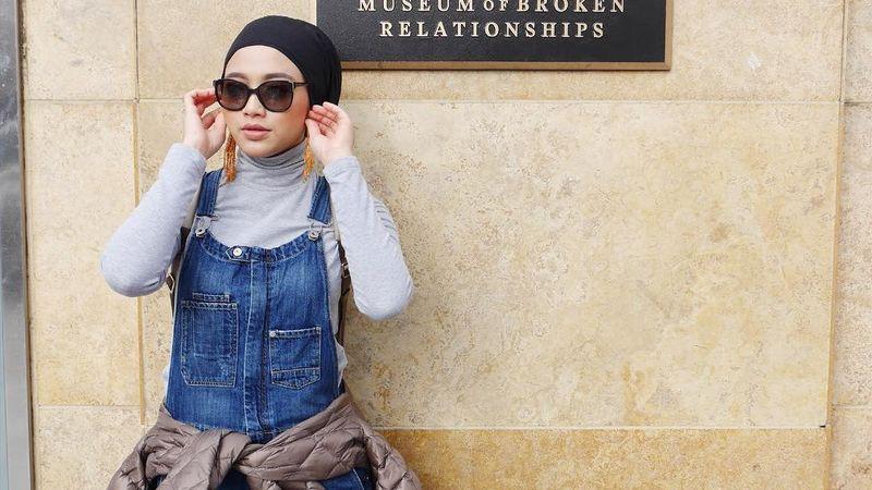 Radiah Sarip merupakan pramugari Saudia Airlines. Sehari-harinya, ia mengenakan hijab simpel namun tetap stylish (radiahsarip/Instagram)